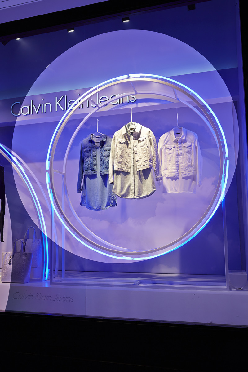 best-window-displays_calvin-klein_2014_summer_up-in-the-clouds_StudioXAG_11