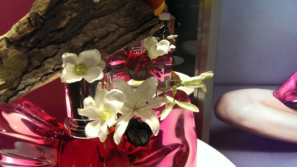 best-window-displays_selfridges_2014_viktor-and-rolf-bonbon-fragrance_03