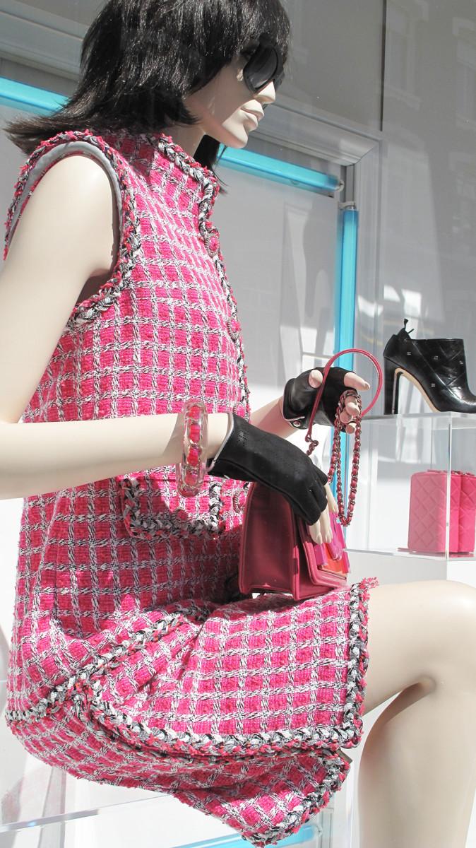 best-window-displays_chanel_2014_summer_pink-blue-lights_14