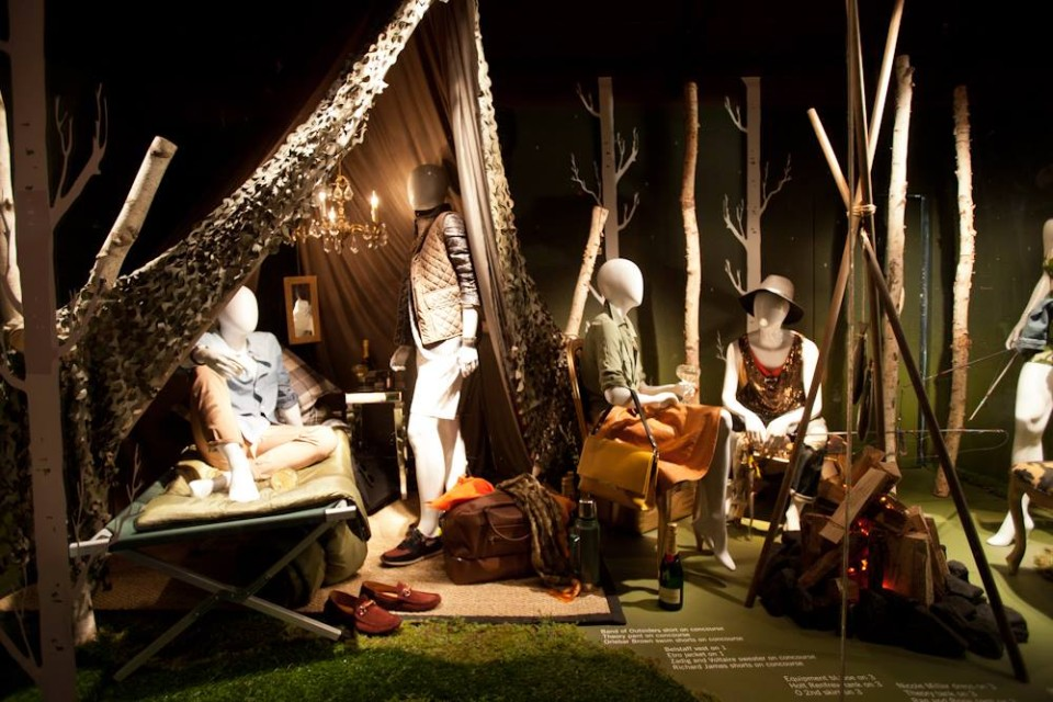 best-window-displays_holt-renfrew_2014_summer_glamping_06