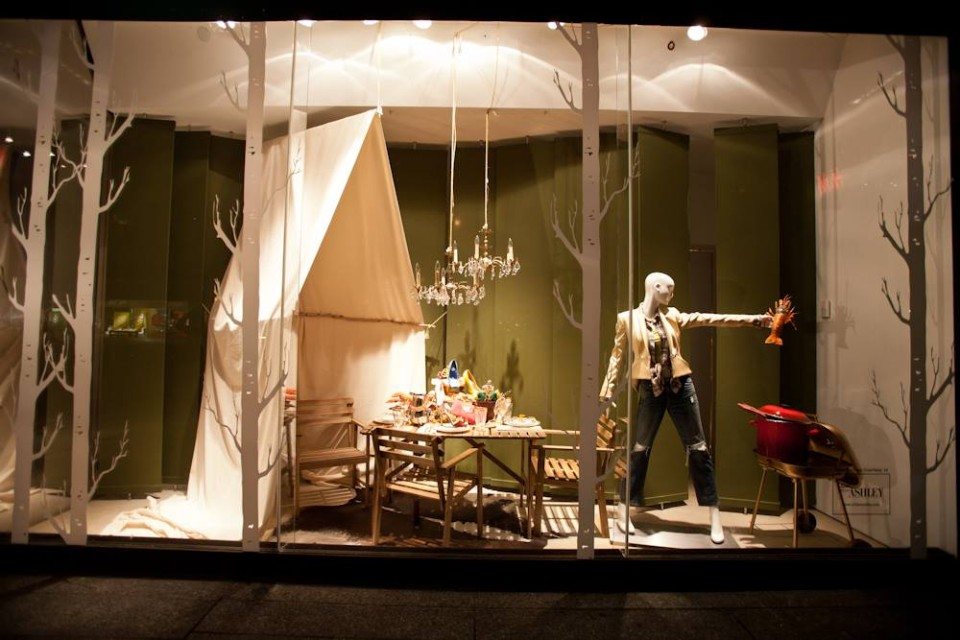 best-window-displays_holt-renfrew_2014_summer_glamping_08