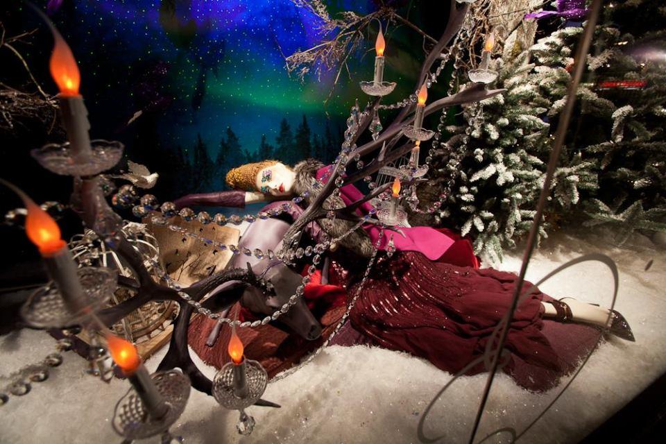 best-window-displays_holt-renfrew_2014_christmas_nothern-lights_02